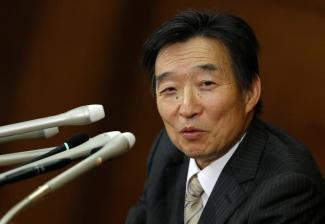 5月19日、岩田規久男日銀副総裁は、参院財政金融委員会で昨年5月以降の消費者物価の鈍化について、消費税率引き上げに伴う消費の低迷と原油価格の急落を背景に指摘した。写真は、岩田日銀副総裁、2013年3月撮影(2015年 ロイター/Toru Hanai)